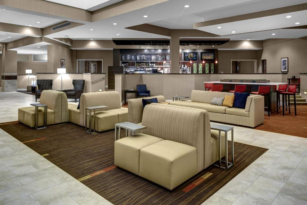 The lounge or bar area at Courtyard by Marriott St. Cloud