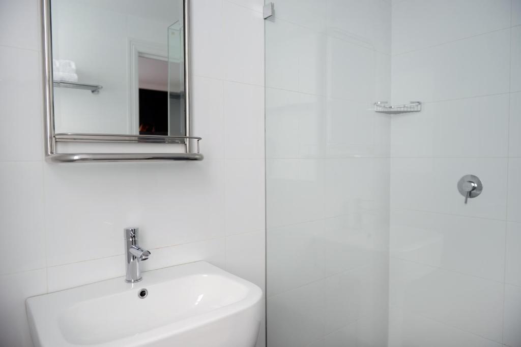 A bathroom at Perouse Lodge
