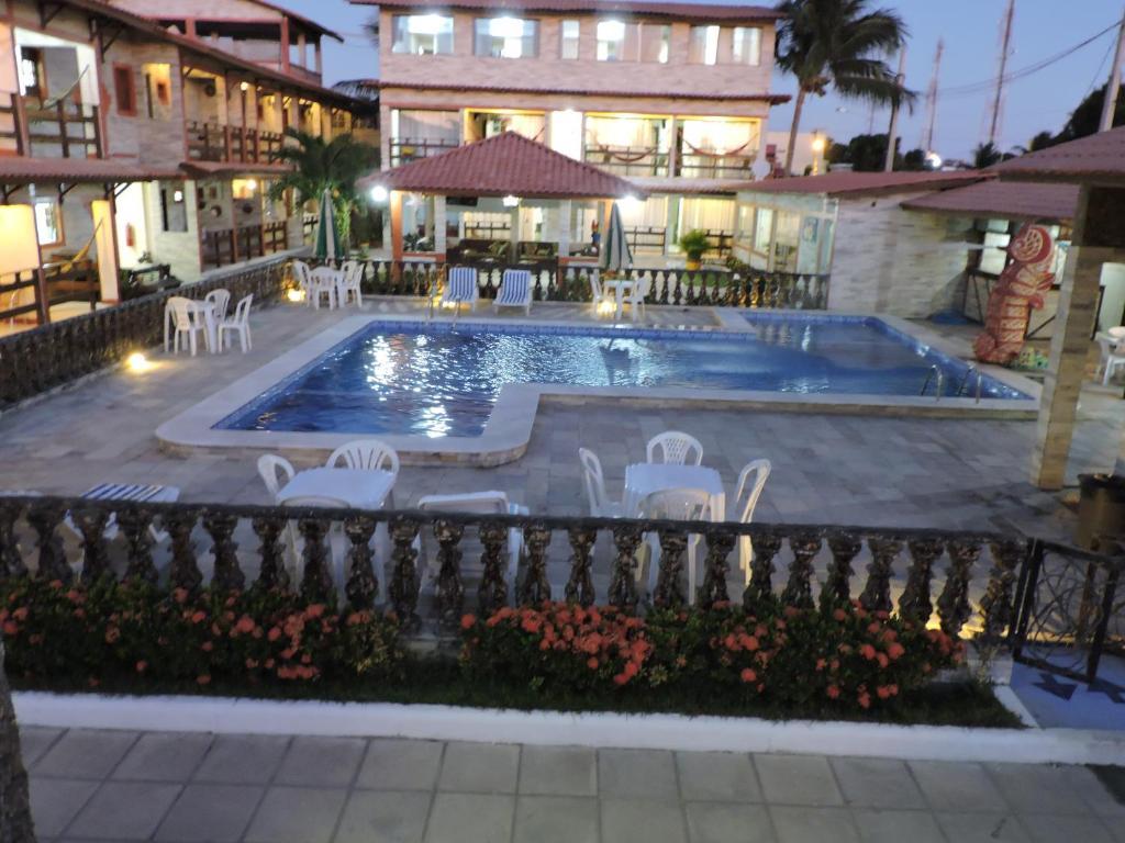 A piscina localizada em Porto Familly Chalés ou nos arredores