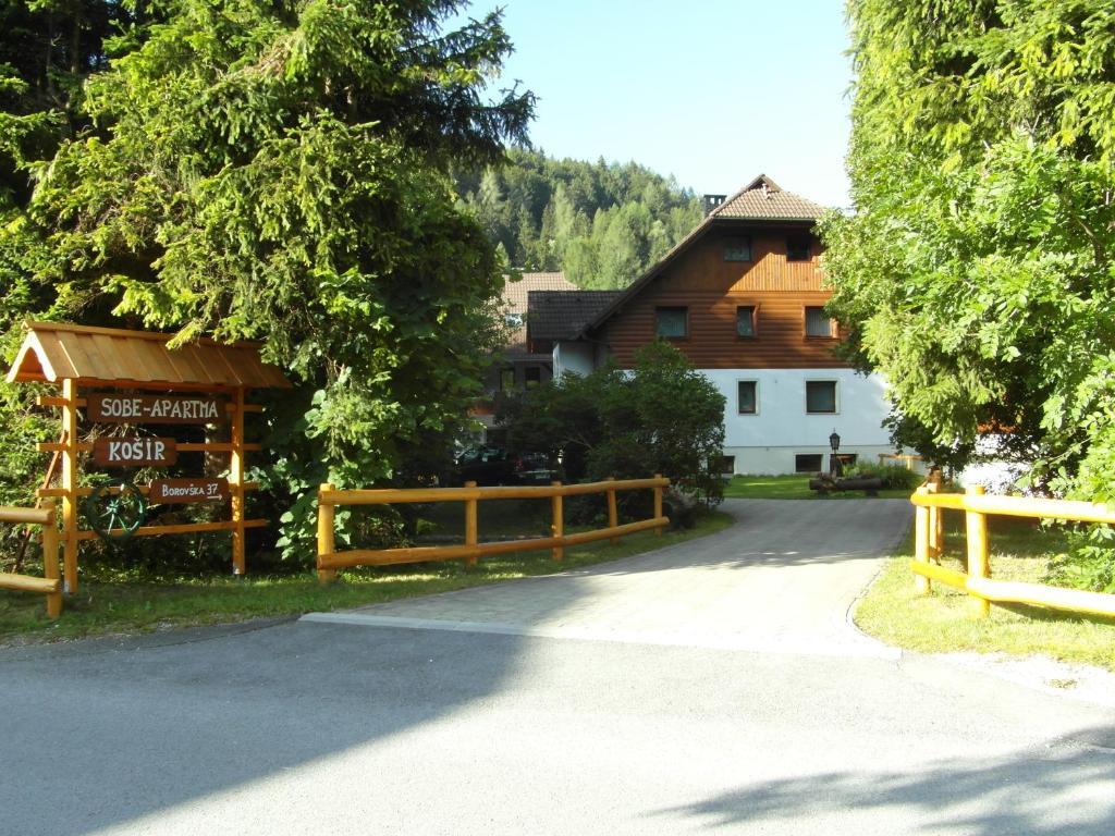 Zgradba, v kateri se nahaja turistična kmetija