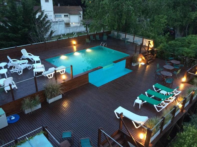 Una vista de la pileta en Hotel Don Carlos o alrededores