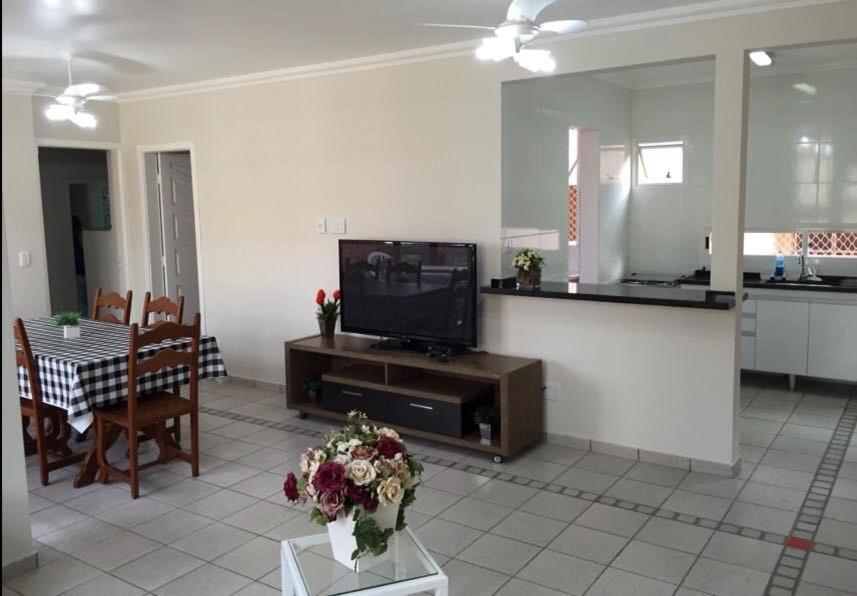 A television and/or entertainment center at Apartamento Miraluz Enseada