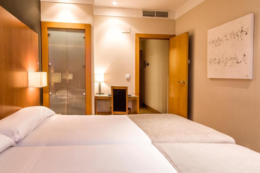 澤尼特洛格羅尼奧酒店房間的床