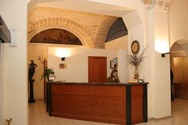 De lobby of receptie bij Hotel Adria