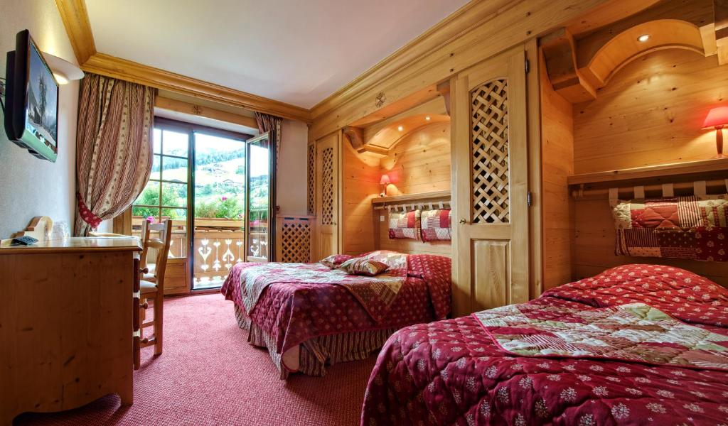 A bed or beds in a room at Hotel les Sapins