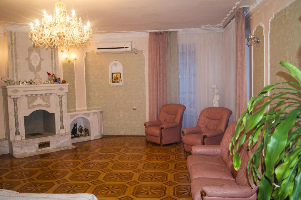 A seating area at Guest House Belaya Nevestochka