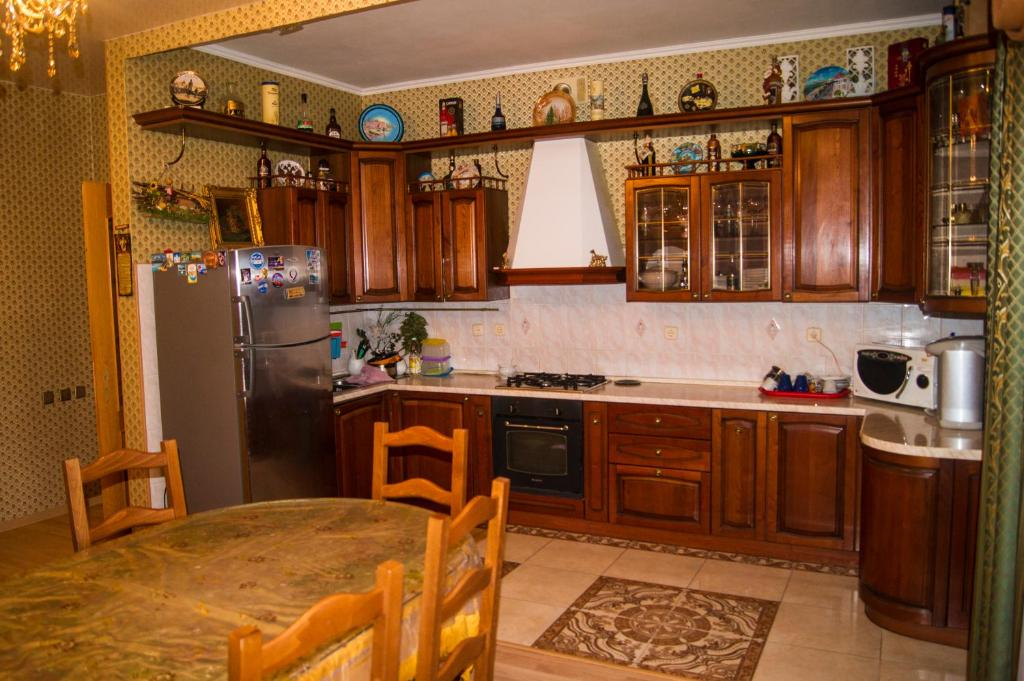 A kitchen or kitchenette at Guest House Belaya Nevestochka