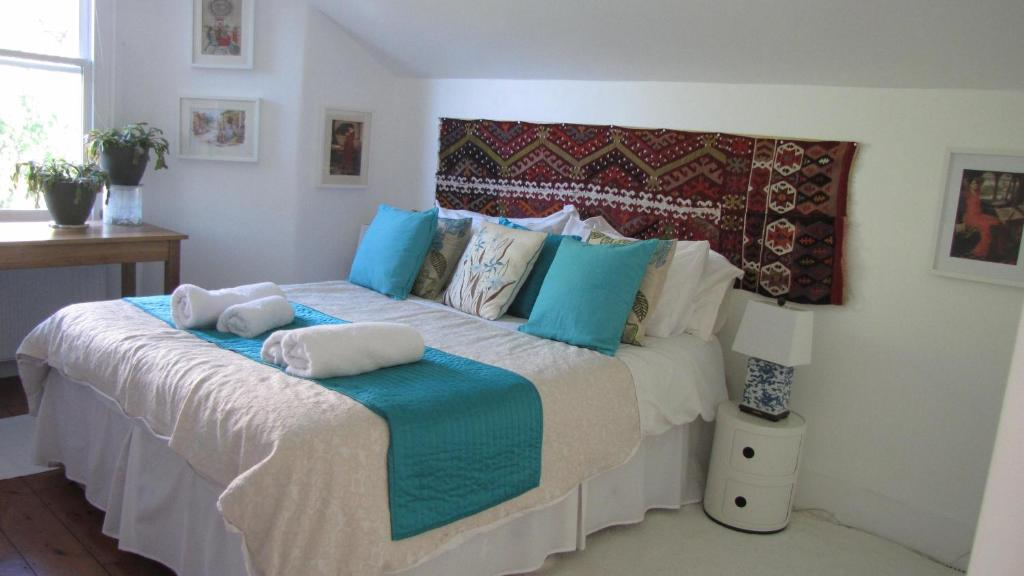 A bed or beds in a room at Holmewood Homestay