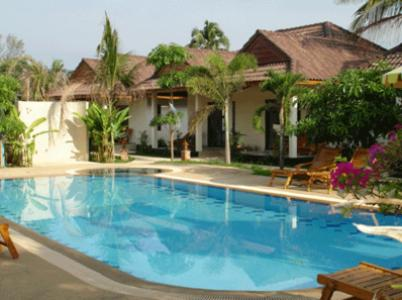 The swimming pool at or near Cousin Resort