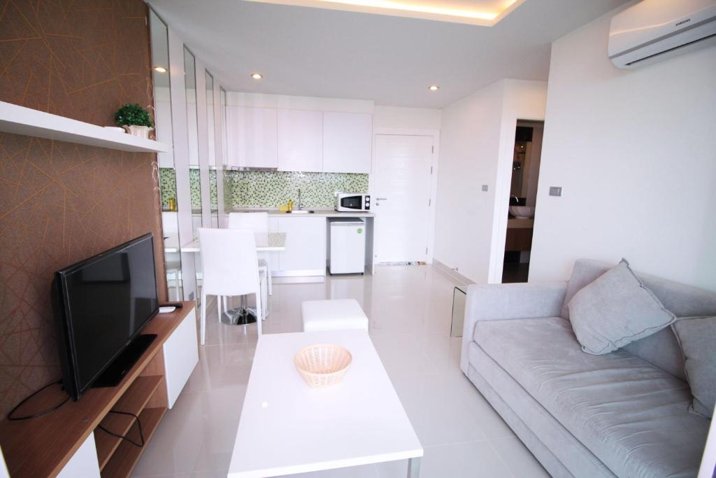 A seating area at Amazon Residence by Pattaya Sunny Rentals