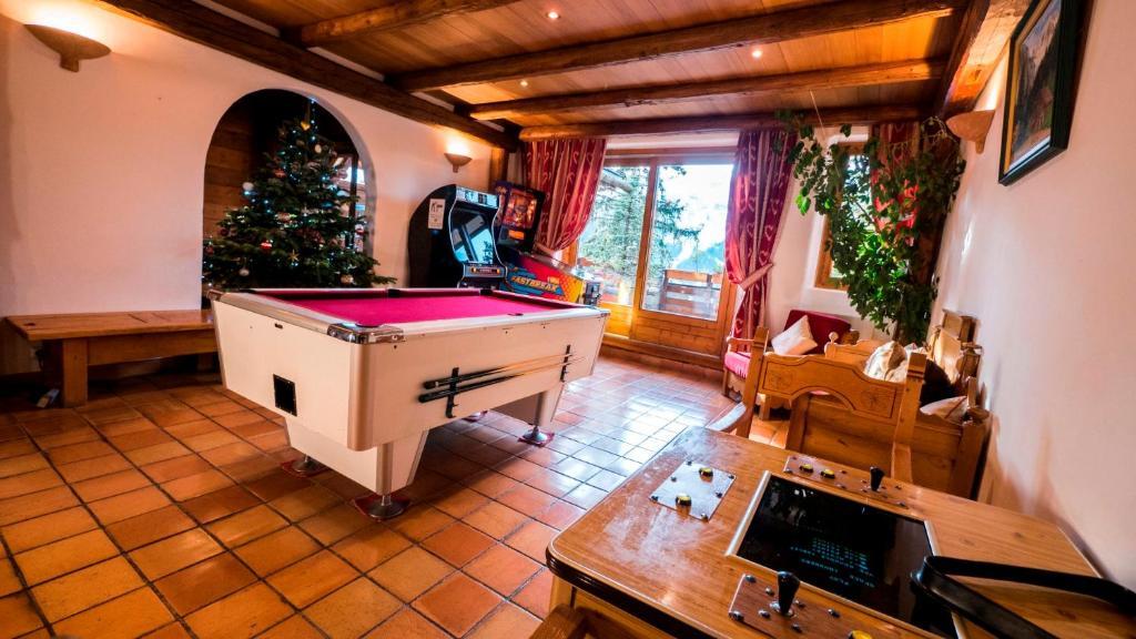 A pool table at Les Appartments du Merilys