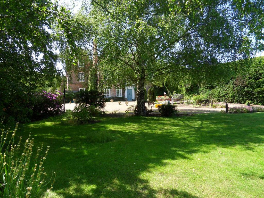 A garden outside Mangreen Country House