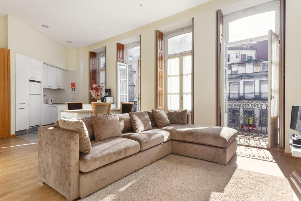 A seating area at Chateau Apartments