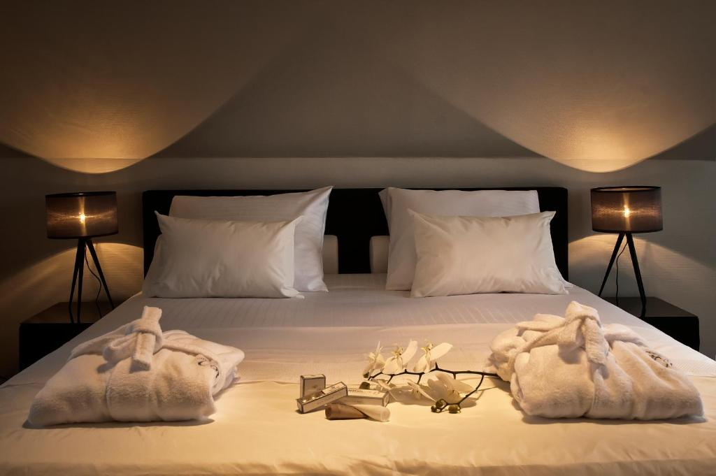 A bed or beds in a room at B&B Colombe Blanche
