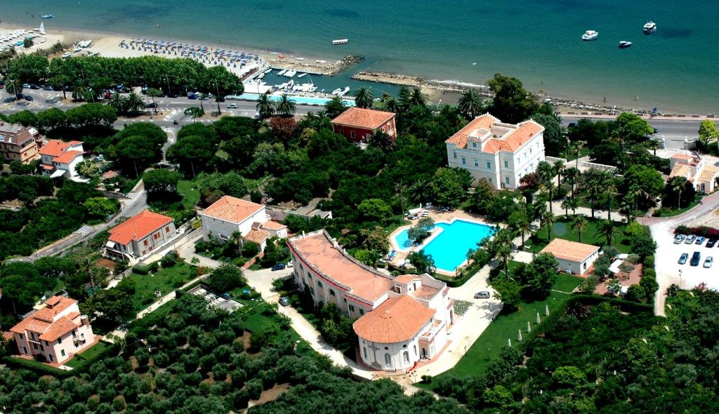 Een luchtfoto van Villa Irlanda Grand Hotel
