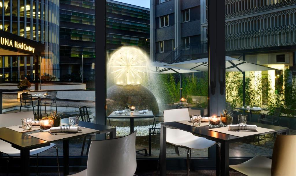 Um restaurante ou outro lugar para comer em UNAHOTELS Century Milano