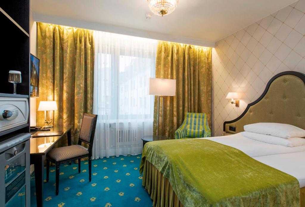 سرير أو أسرّة في غرفة في فندق بريستول
