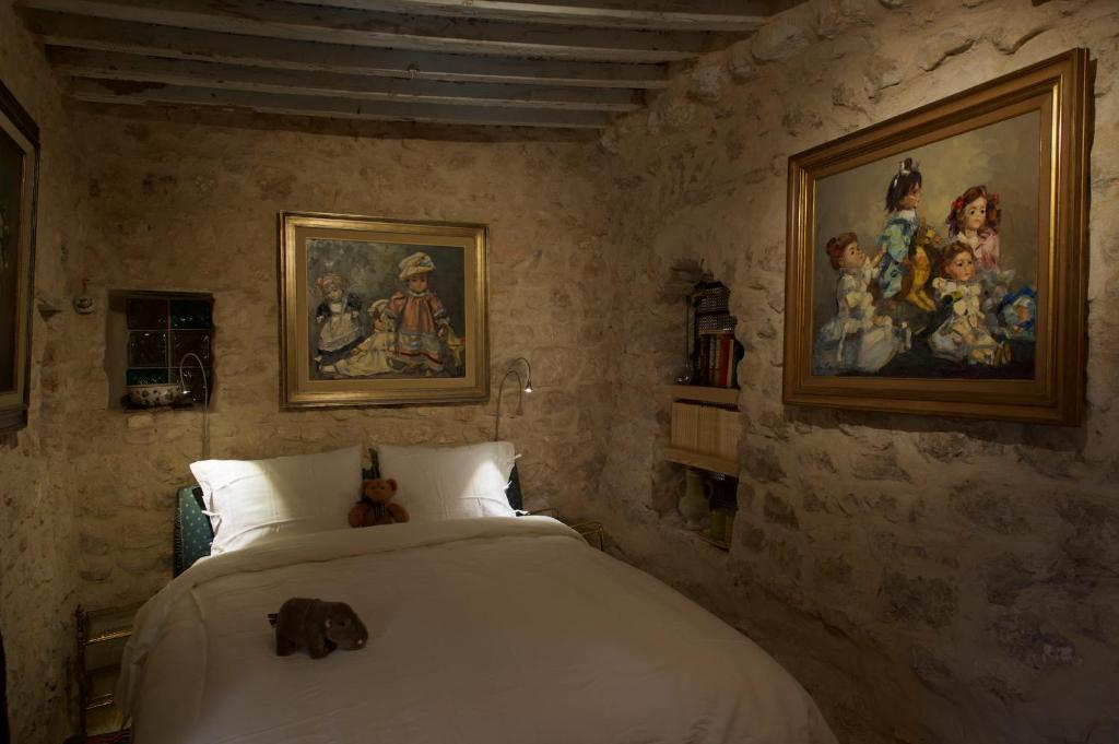 A bed or beds in a room at Auberge de Tamezret