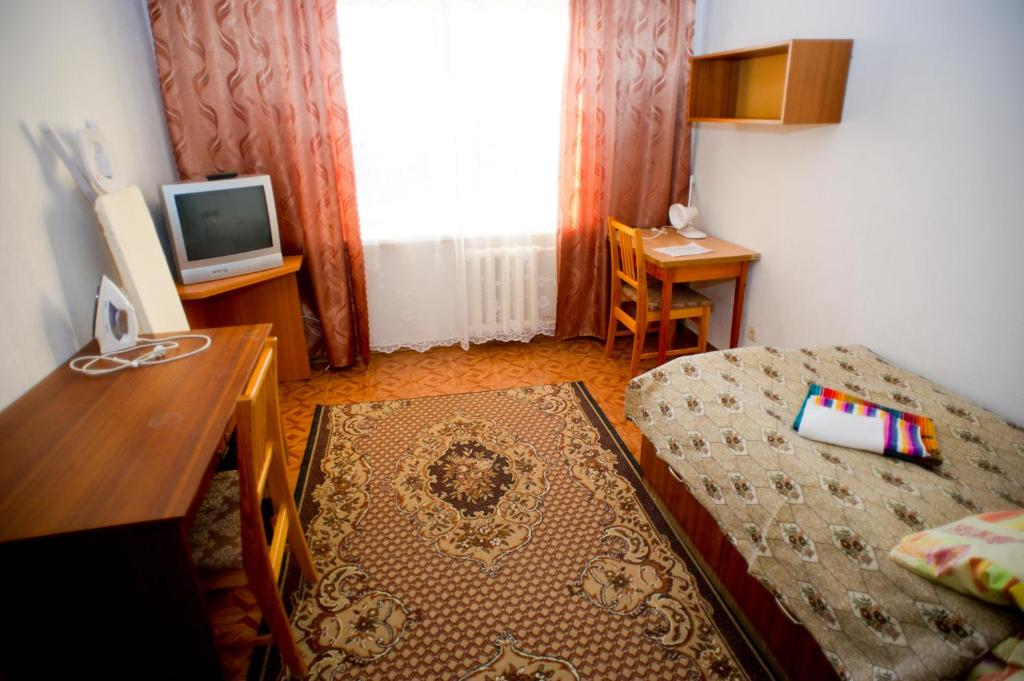 A television and/or entertainment center at Hostel Trukhinova 3