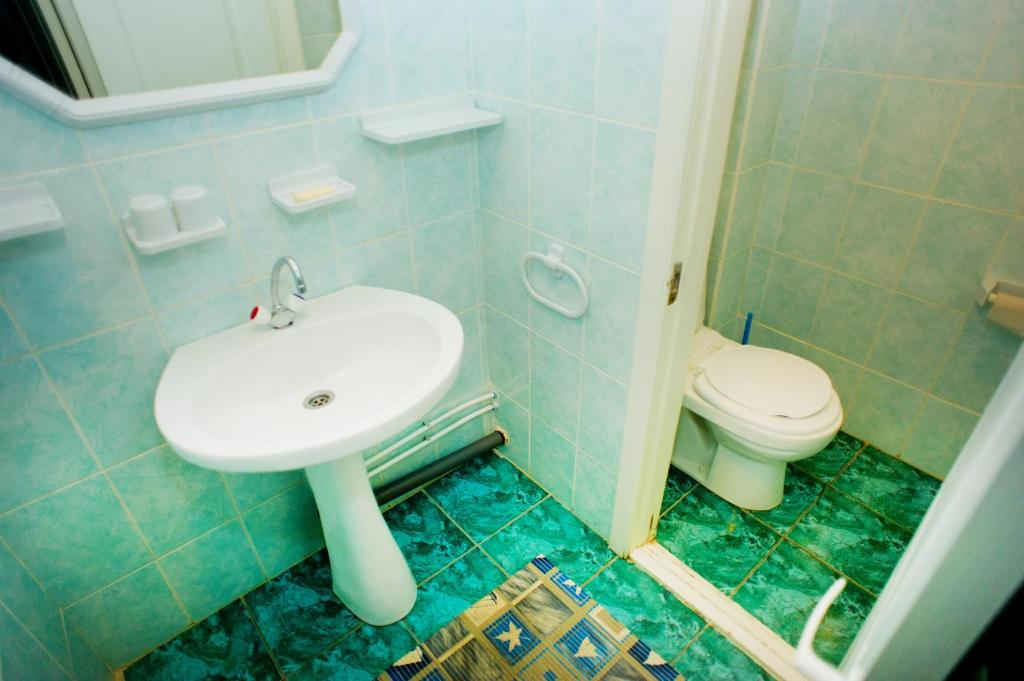 A bathroom at Hostel Trukhinova 3