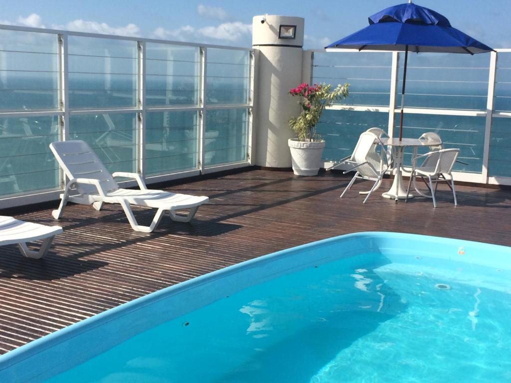 The swimming pool at or near Quality Hotel Fortaleza Beira Mar