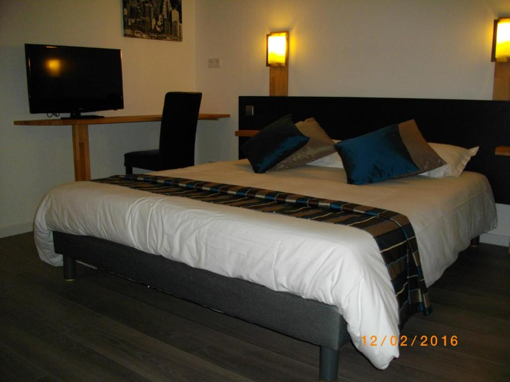 A bed or beds in a room at Appart'hotel Residella House Avignon Le Pontet
