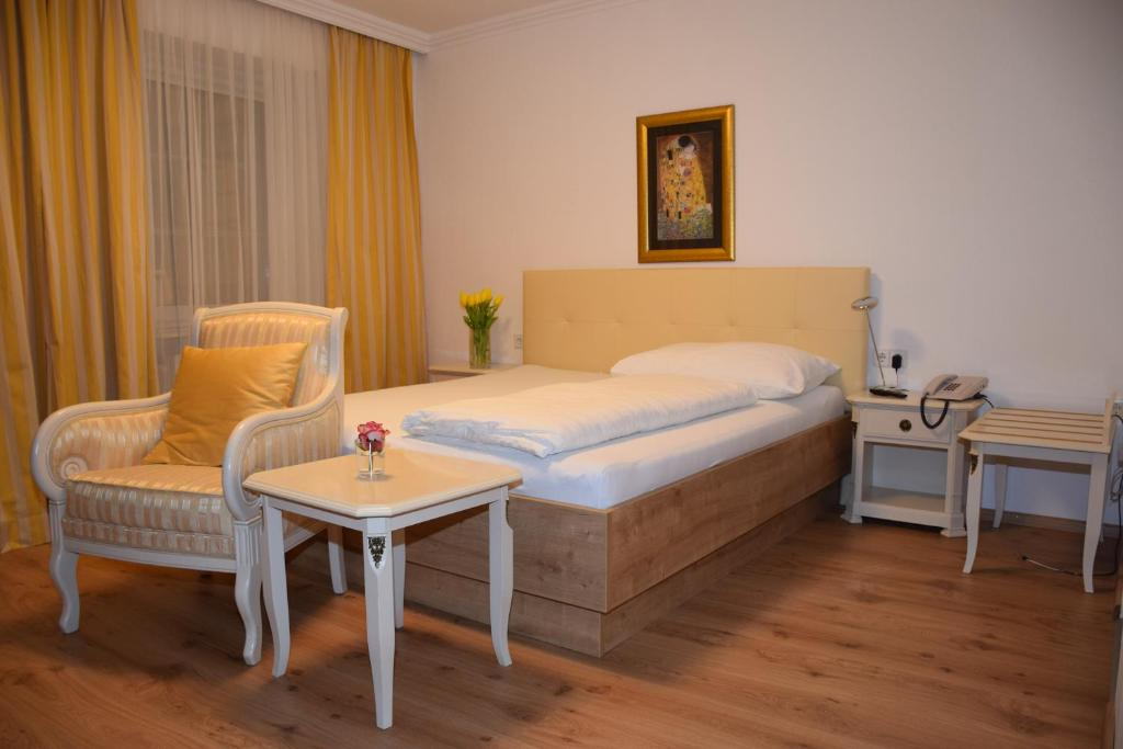 A bed or beds in a room at Hotel zum Goldenen Schiff