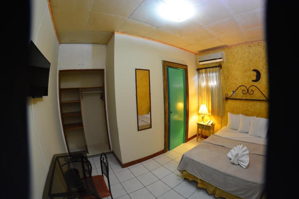 A bed or beds in a room at La Posadita de Bolonia