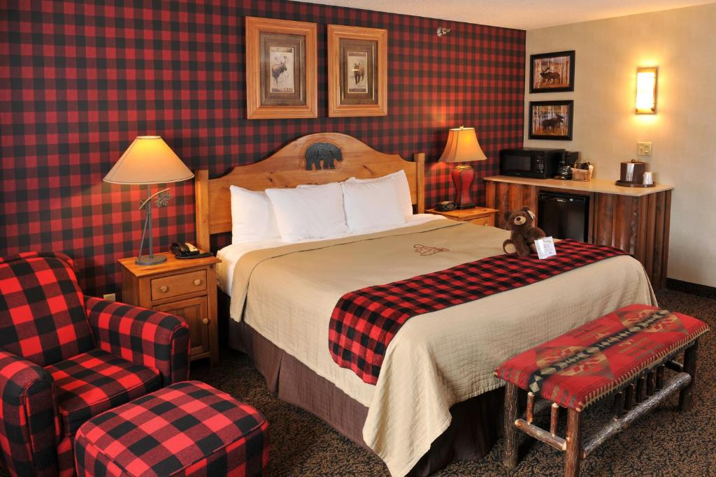 A bed or beds in a room at Stoney Creek Hotel & Conference Center - Des Moines