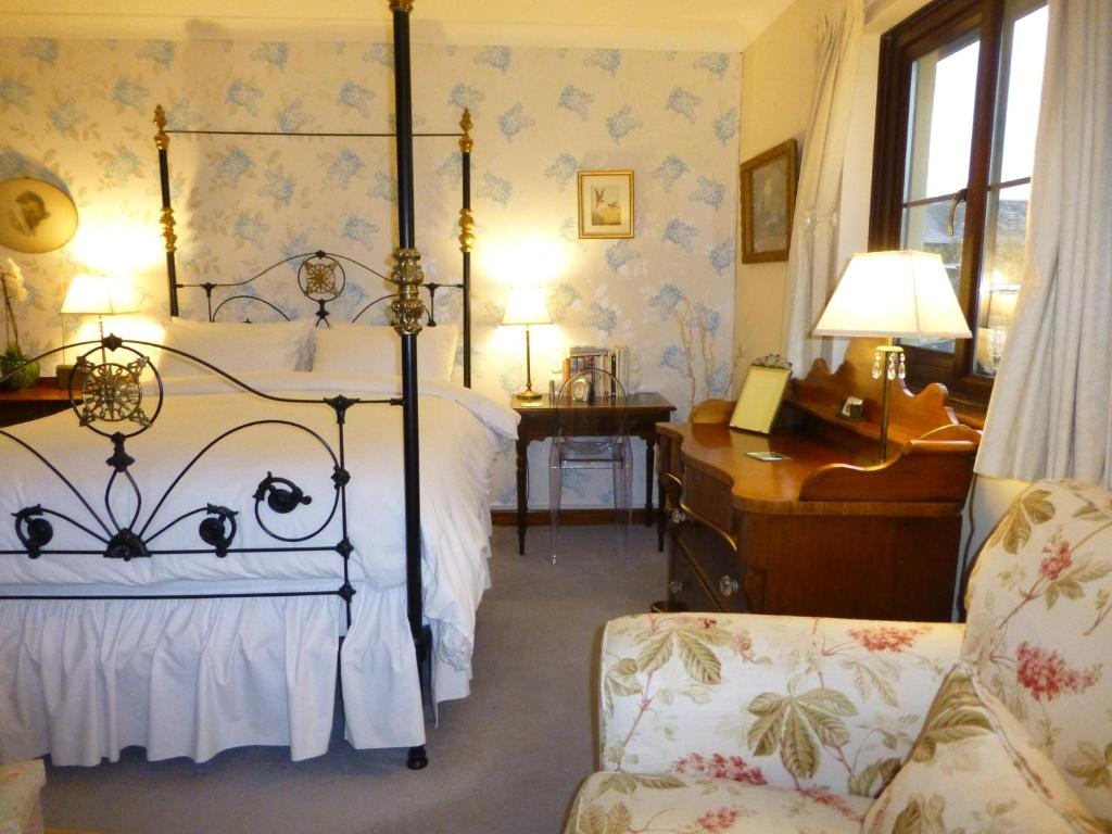 A bed or beds in a room at Coedllys Country House B&B