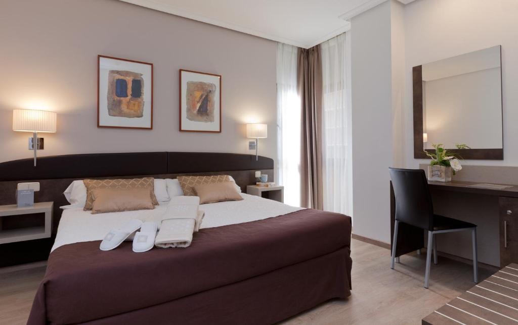 A bed or beds in a room at Hotel Villamadrid
