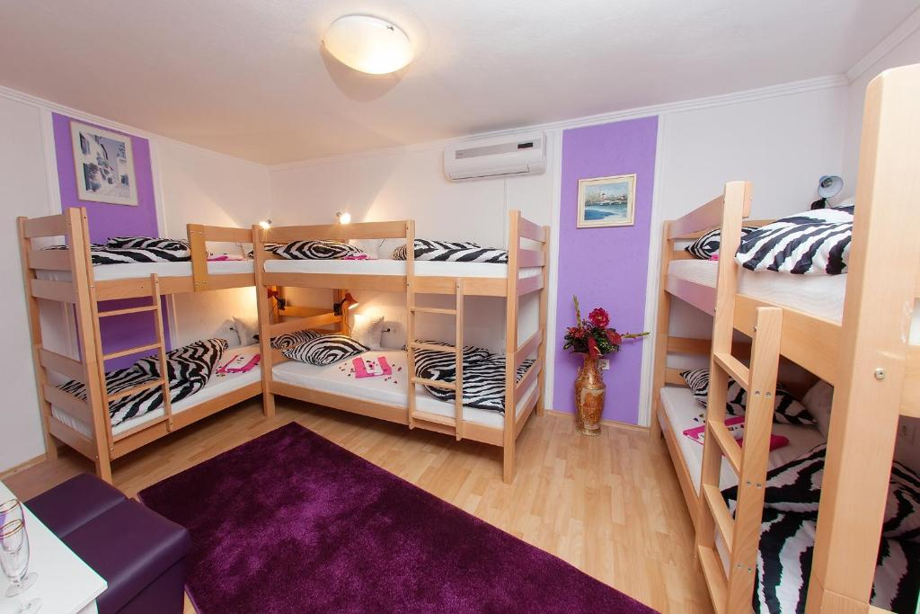 A bunk bed or bunk beds in a room at Hostel Mirror