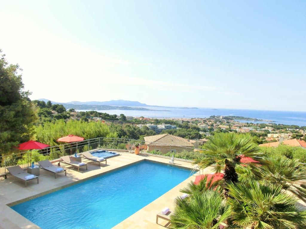 A view of the pool at Villa Azur Golf or nearby