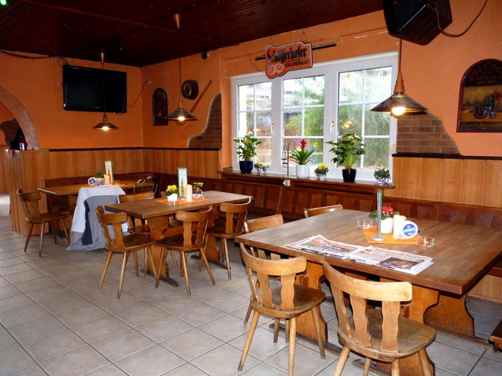 A restaurant or other place to eat at Messe-Zimmer TuS-Treff