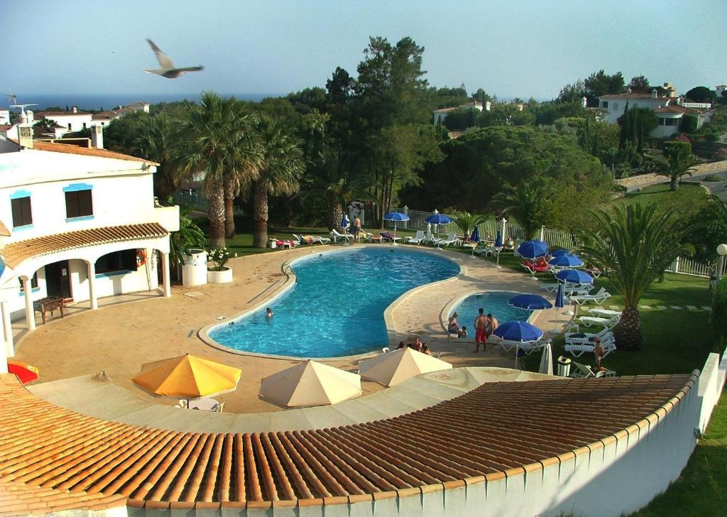 Uitzicht op het zwembad bij Turiquintas of in de buurt