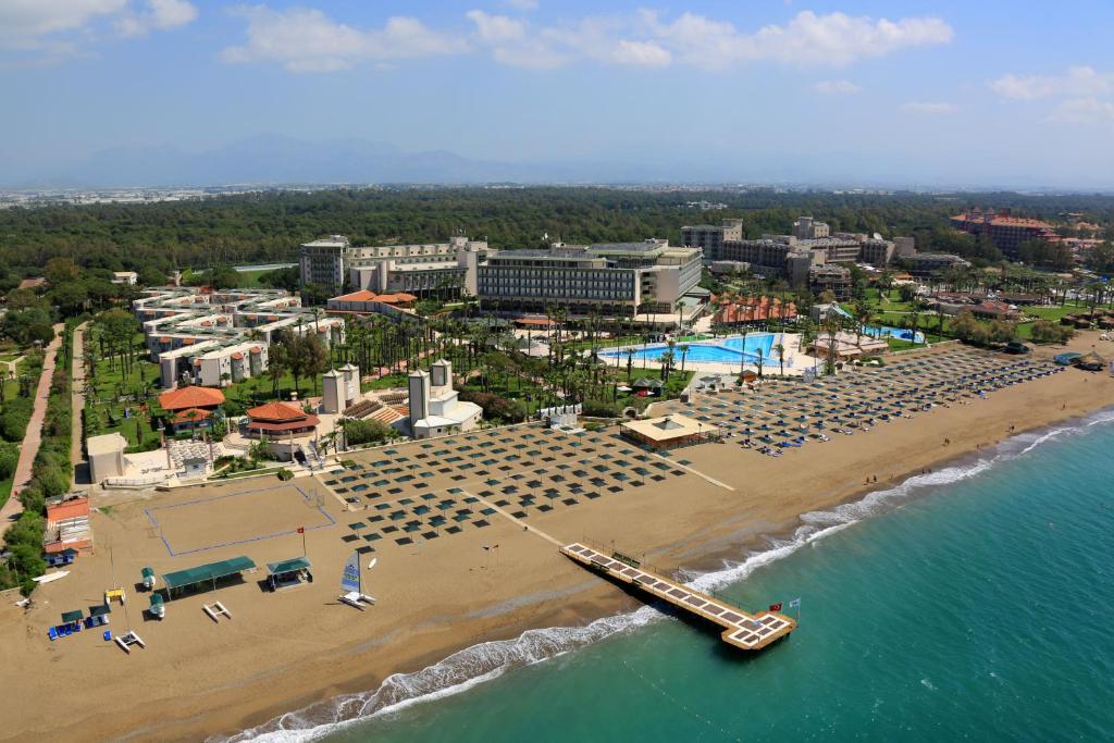 Een luchtfoto van Adora Golf Resort Hotel