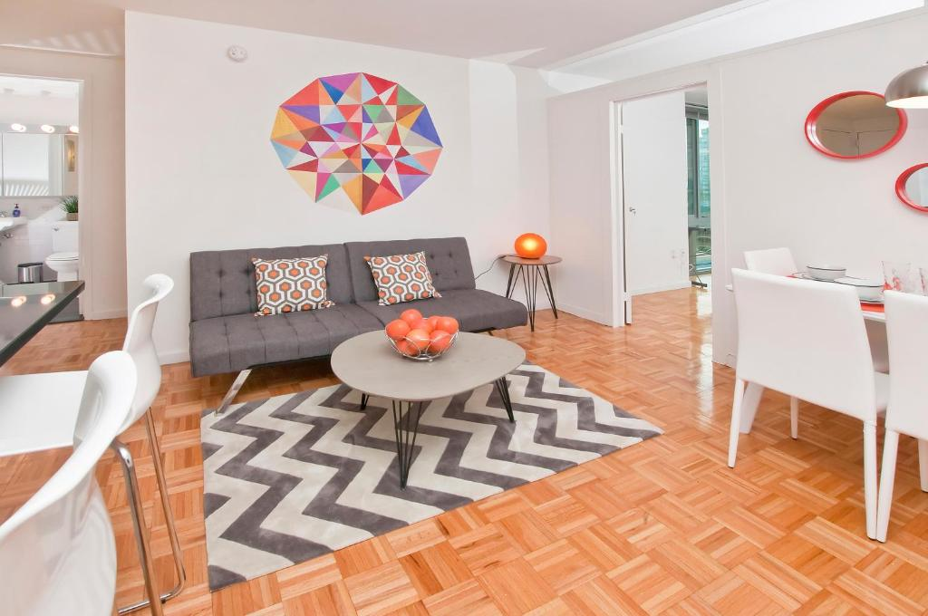 O zonă de relaxare la Luxurious Two Bedroom Apartment in Doorman Building - Lincoln Center