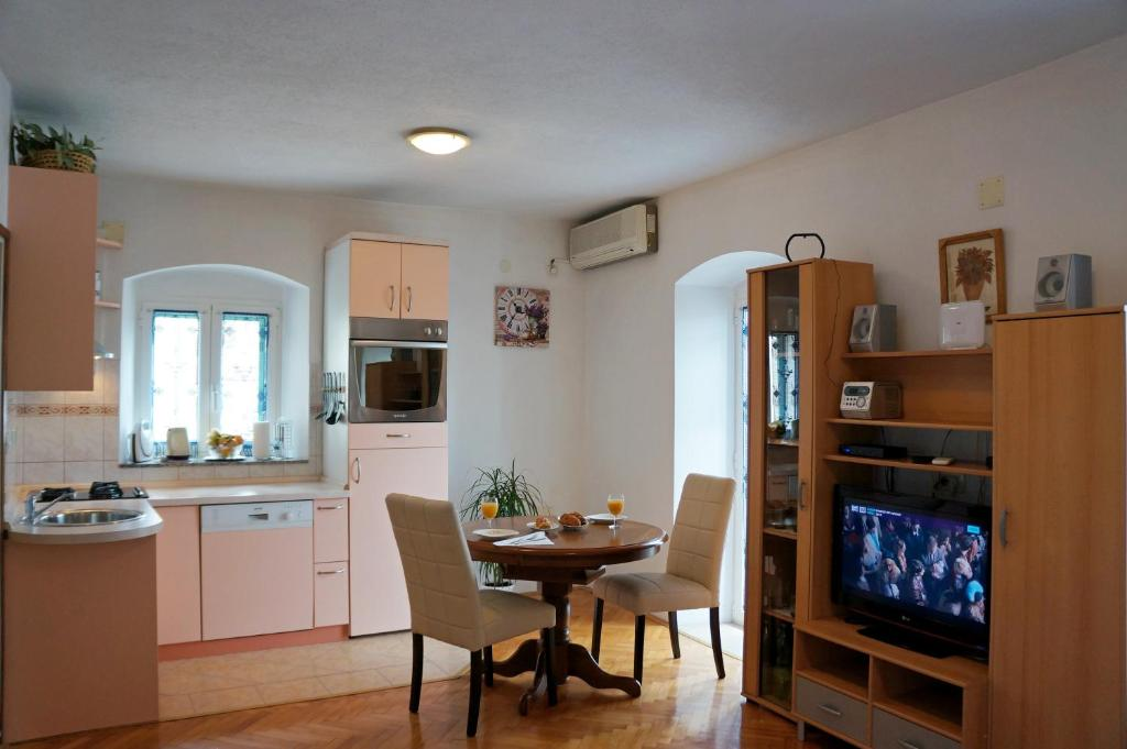 Gambar Sofa Ruang Tamu Hello Kitty  kamena apartment studio makarska kroasia booking com