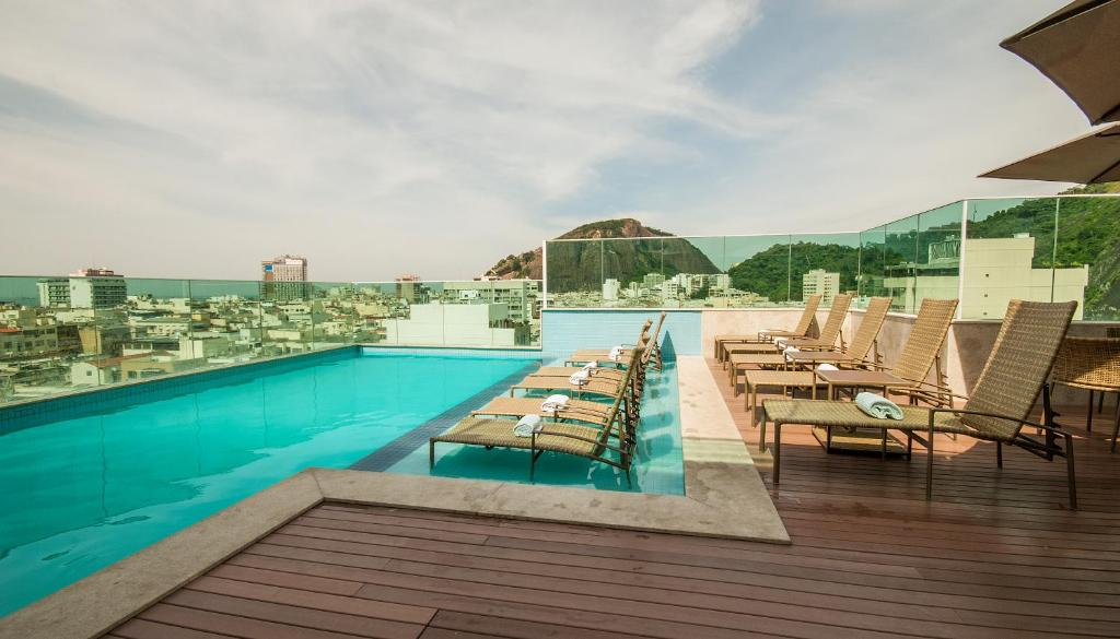 The swimming pool at or near Américas Copacabana Hotel