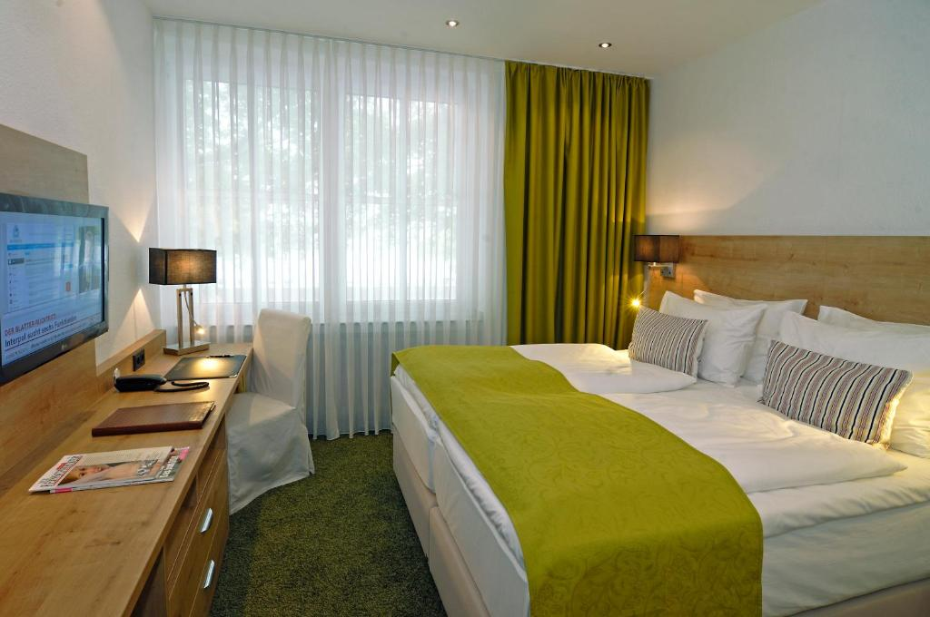 A bed or beds in a room at Hotel Allegro
