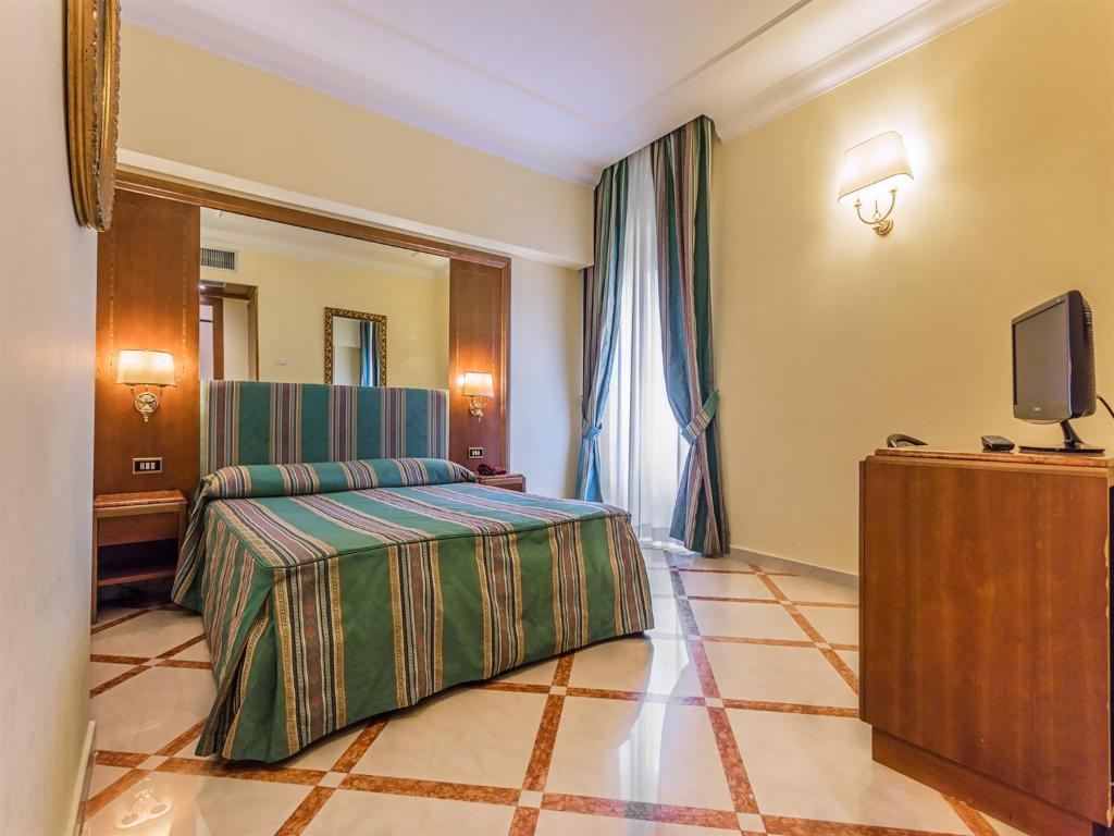 A bed or beds in a room at Raeli Hotel Noto