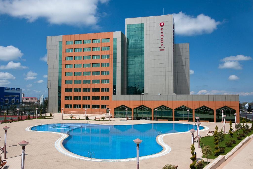Бассейн в Ramada Plaza Gence  или поблизости
