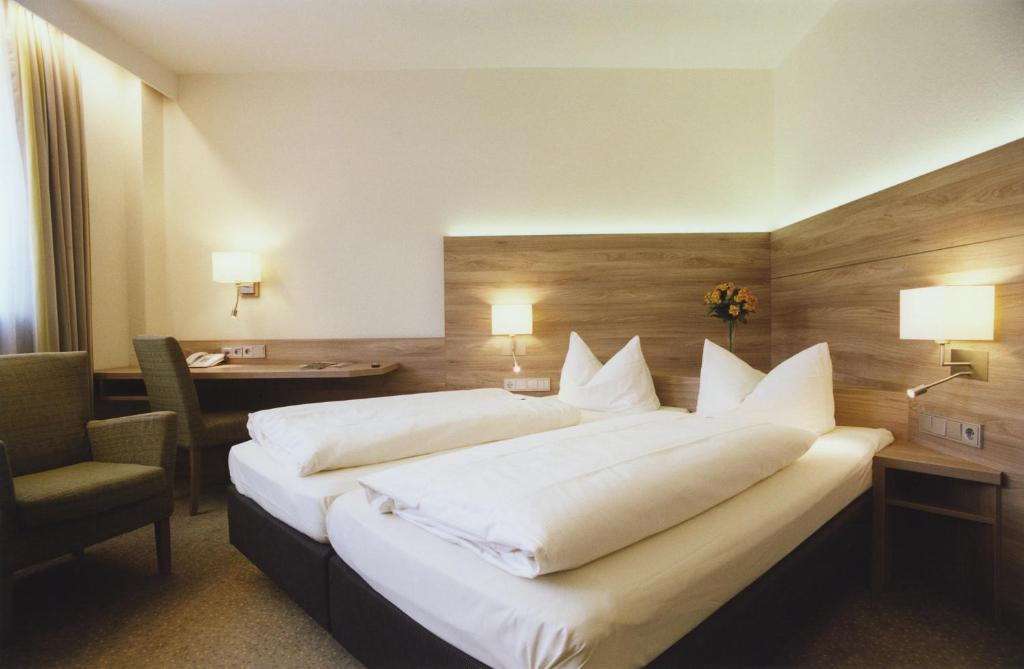 A bed or beds in a room at Hotel Jedermann