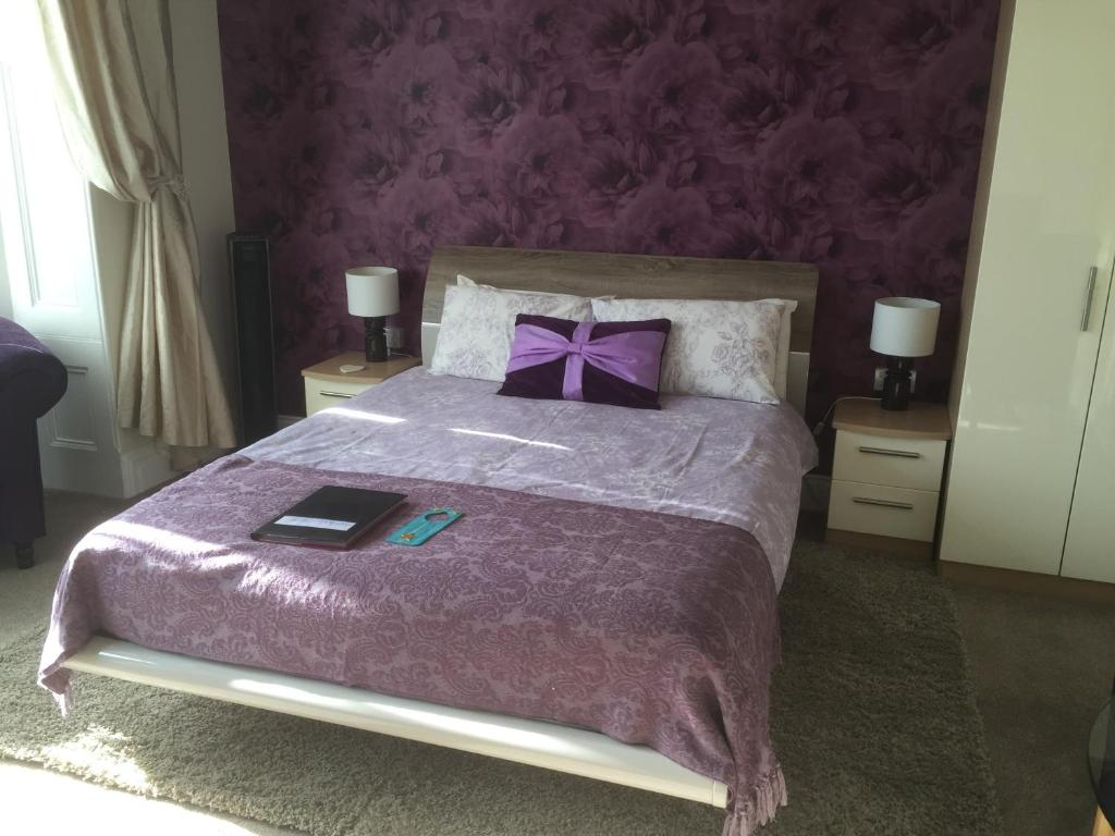 A bed or beds in a room at Sandy Dreams
