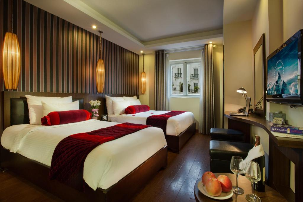 A bed or beds in a room at Golden Art Hotel