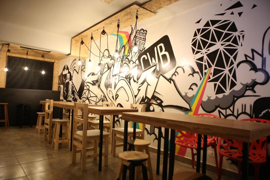 onde ficar em curitiba mesas e parede com grafite