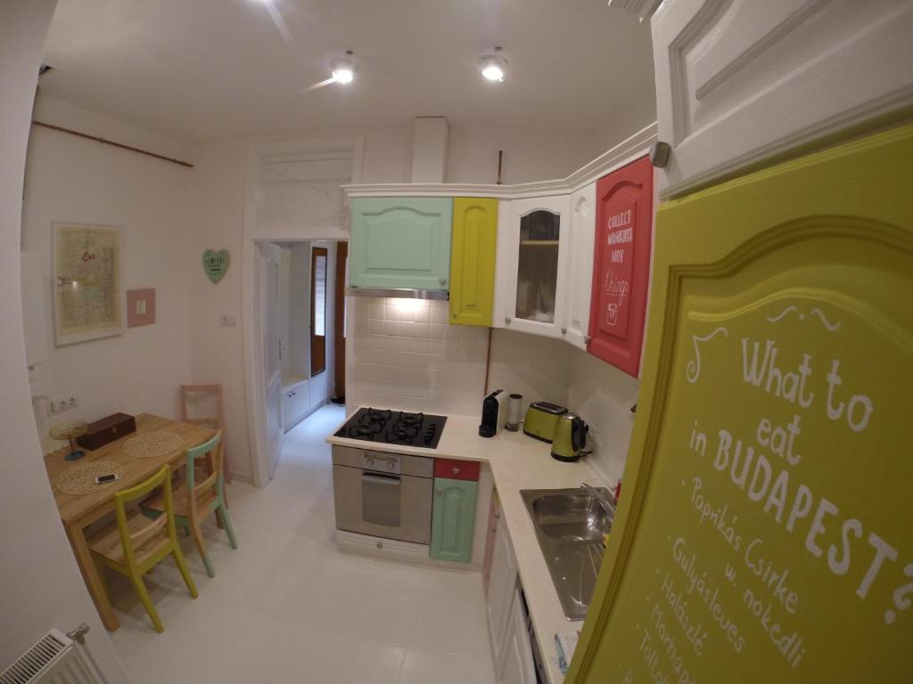Küche/Küchenzeile in der Unterkunft RumbArt Apartman