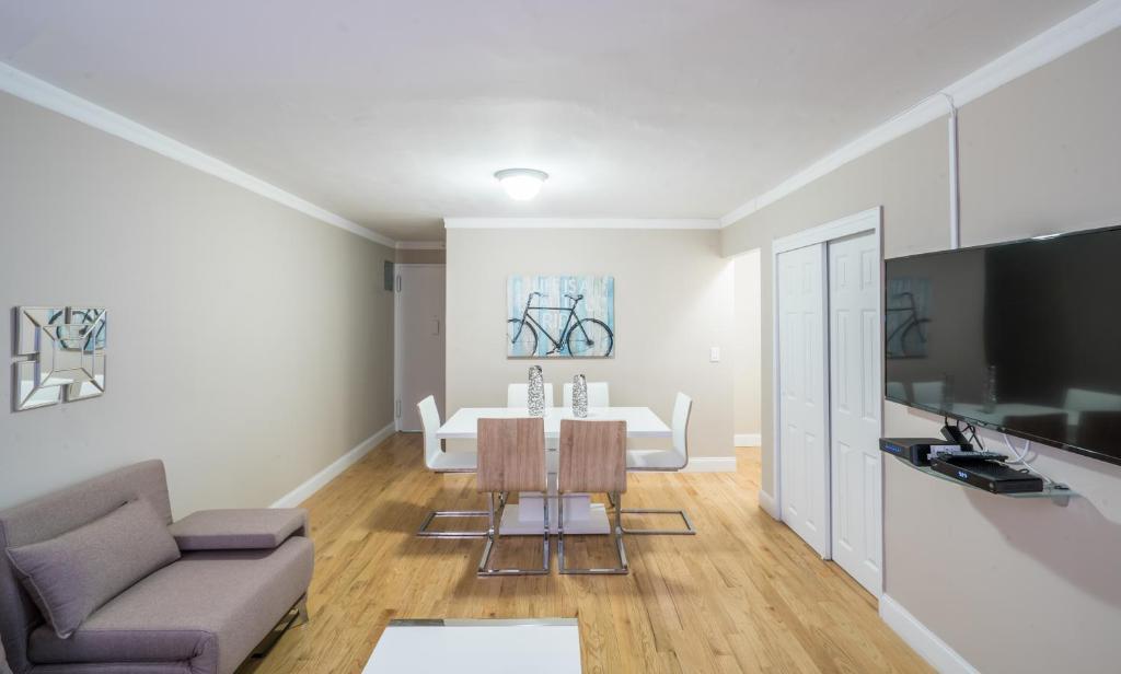 Un televizor și/sau centru de divertisment la The Ideal 3 Bedroom Getaway by Central Park UWS