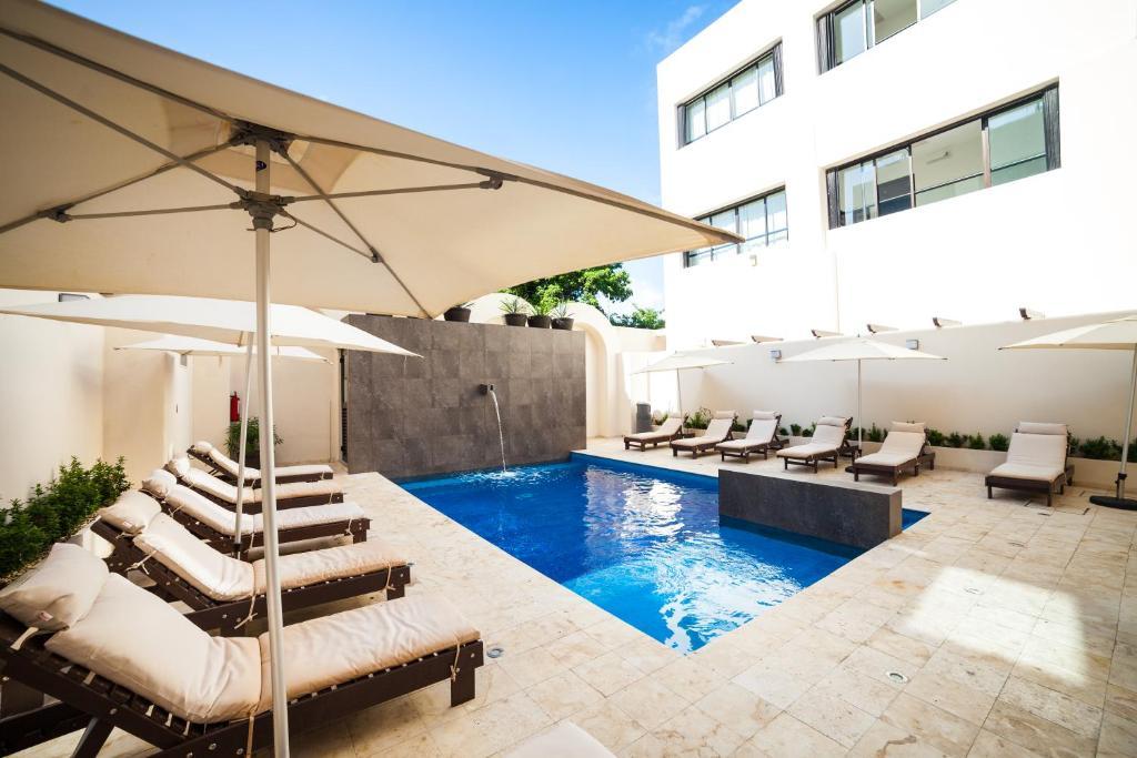 Бассейн в Aspira Hotel & Beach Club или поблизости