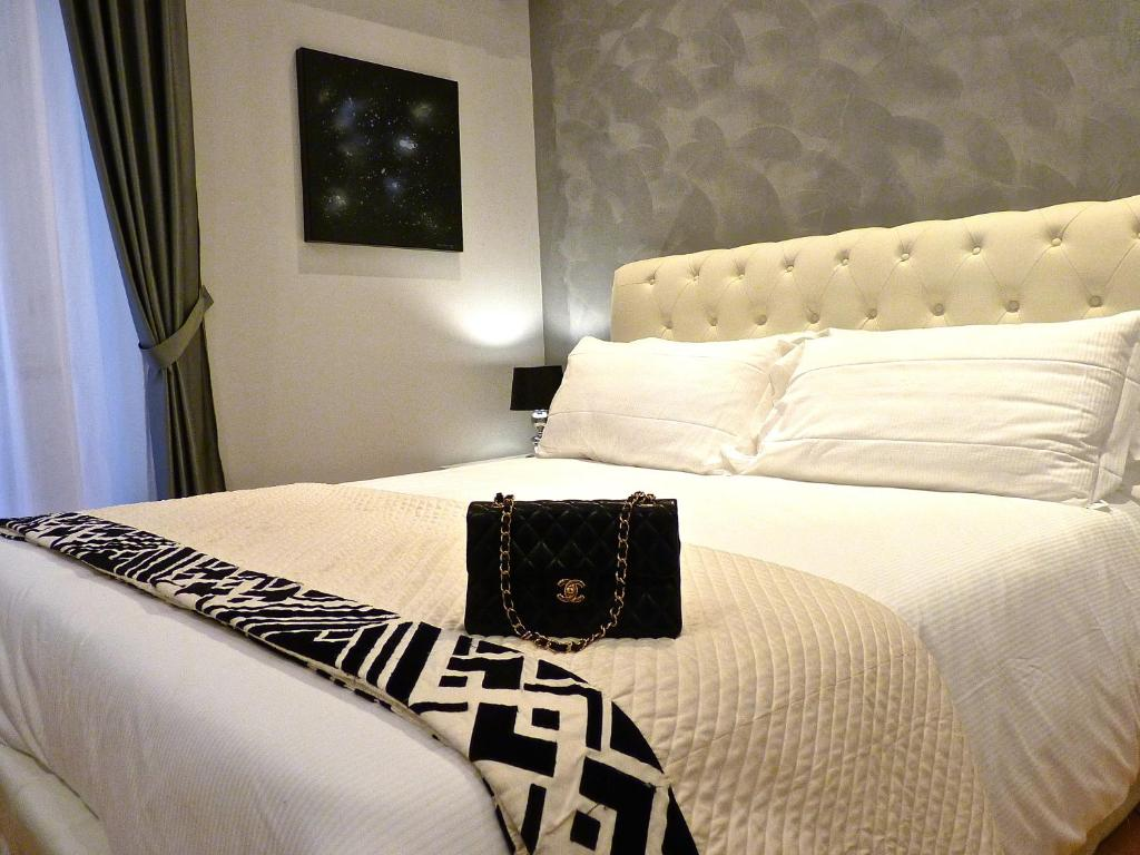 A bed or beds in a room at RELUX Rome Exclusive Living B&B